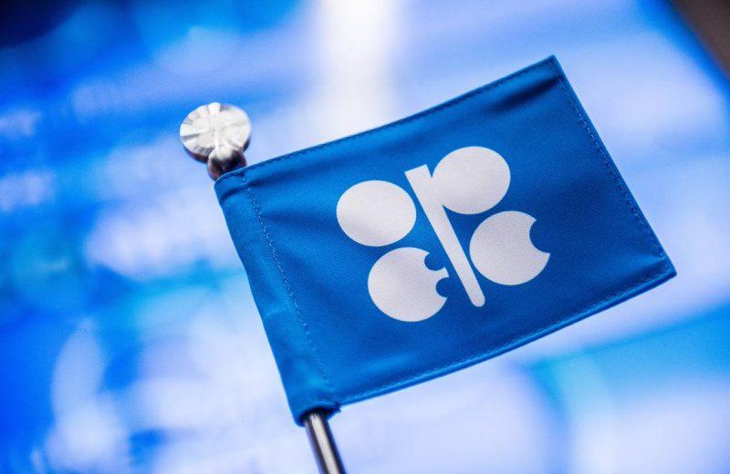 أوبك تتعهد باتخاذ قرارات بشأن الإمدادات وتدفع النفط للصعود