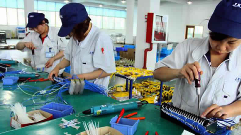 اليوان الصيني يواصل انخفاضه رغم تحسن قطاع الصناعات التحويلية