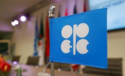 النفط يعزز مكاسبه ويرتفع بدعم من تخفيضات أوبك