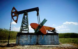أسعار النفط تتراجع بضغط من صعود الدولار وخسائر الأسهم الآسيوية