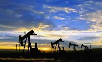 أسعار النفط تنخفض قليلا مع ارتفاع مخزونات الخام الأمريكية