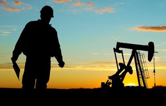 النفط يواصل خسائره لليوم الثاني بعد ارتفاع المخزونات الأمريكية