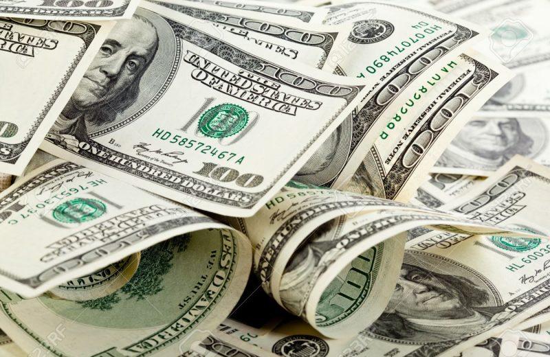 الدولار يعمق خسائره مع هبوط العائد والأسهم وتوقعات بخفض أسعار الفائدة