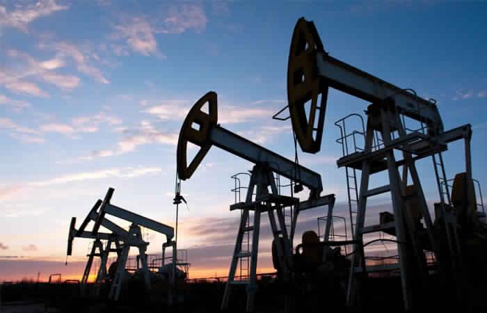 النفط الخام يواصل نزوله بضغط من توقعات بارتفاع الإنتاج الأمريكي