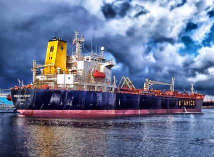 أسعار النفط تنخفض مع توقعات بزيادة مخزونات النفط الأمريكية