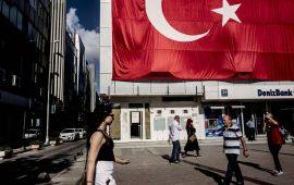 الليرة التركية تنخفض مع ترقب قرار المركزي التركي بشأن السياسة النقدية