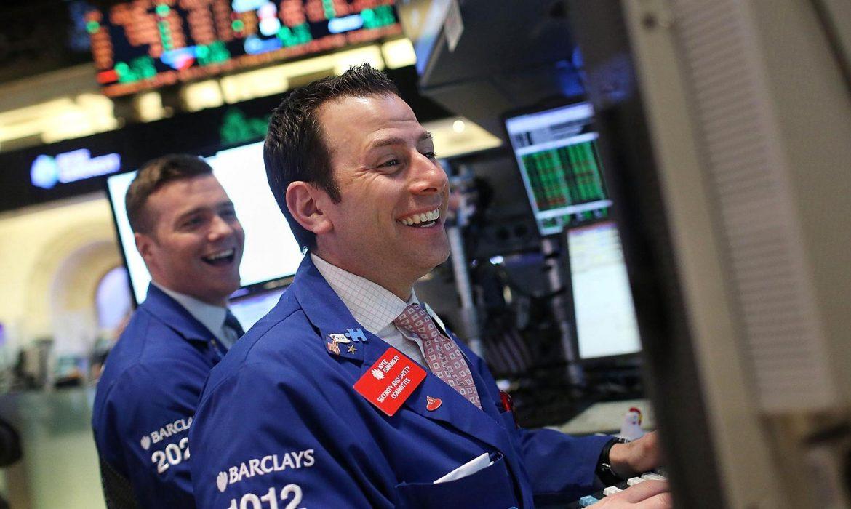 الآمال التجارية والبيانات القوية تدعم تعافي الأسهم الأمريكية