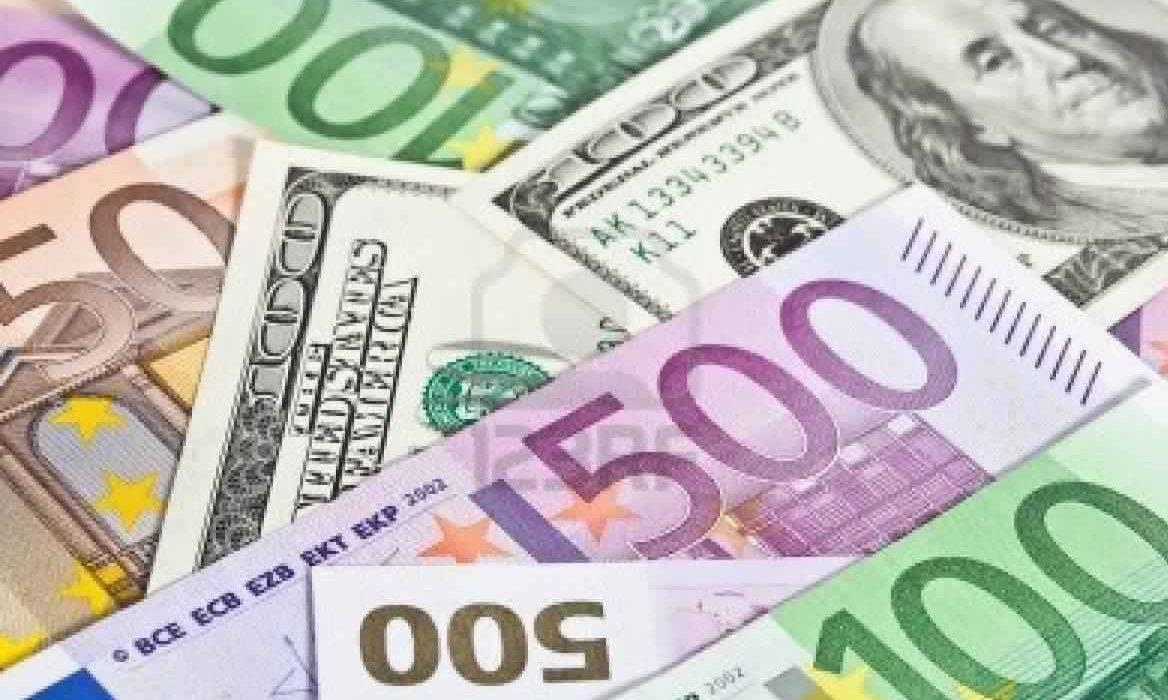اليورو ينخفض قليلا في انتظار تقرير اجتماع البنك المركزي الأوروبي