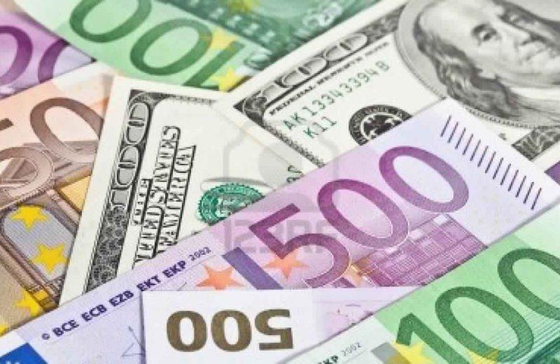 الدولار ينخفض مقابل العملات الرئيسية رغم تفاؤل المستثمرين بشأن الإصلاح الضريبي