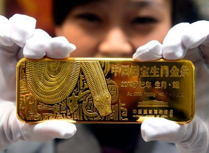 الذهب يقلص خسائره ويرتفع فوق 1328 دولار مع تزايد صفقات شراء المعادن الثمينة