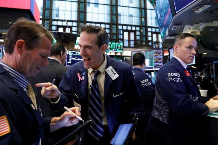 داوجونز يقفز بنحو 400 نقطة مع بداية التداولات إثر تقلص المخاوف التجارية