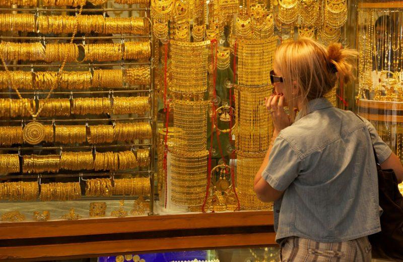 الذهب ينخفض نحو أدنى مستوى في أسبوع بضغط من استمرار صعود الدولار