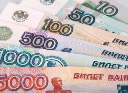 الروبل الروسي يهبط نحو أدنى مستوى في شهر بسبب التوترات السياسية