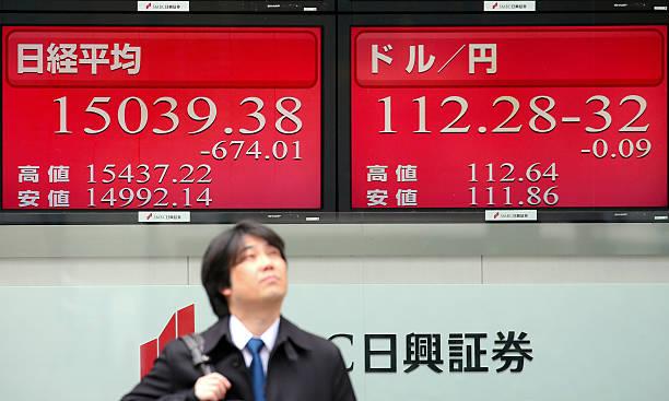 الأسهم الآسيوية منخفضة والمستثمرون يقيمون التطورات التجارية