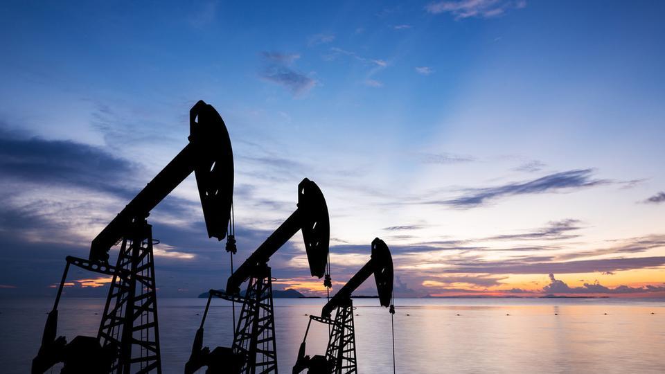 أسعار النفط تستمر في الهبوط بسبب عدم اليقين بشأن الأوضاع التجارية