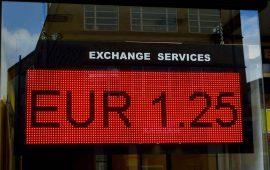 اليورو سيبقى تحت ضغط خلاف الميزانية الإيطالية مع بروكسل