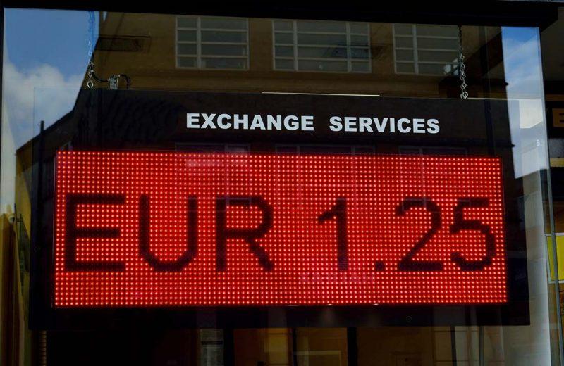 اليورو تحت ضغط البيع مع مخاوف تباطؤ النمو العالمي واستمرار النزاع التجاري