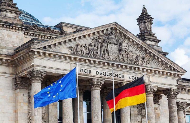 اليورو يحافظ على مكاسبه رغم تراجع مؤشر مناخ الأعمال الألماني