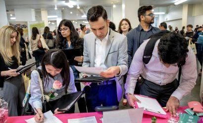 الدولار يحافظ على مكاسبه مع تراجع طلبات إعانة البطالة الأمريكية