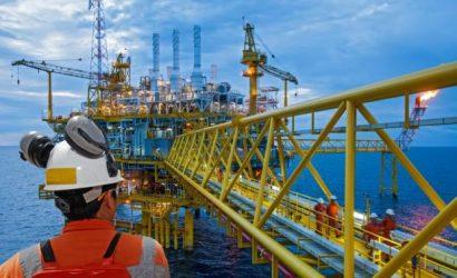 النفط يلتقط أنفاسه من قفزة كبيرة بعد تطمينات حول توفر الإمدادات