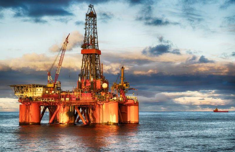 أسعار النفط تنخفض أكثر من 1% مع تراجع المخزونات الأمريكية