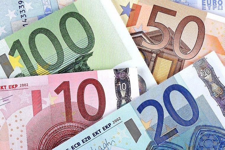 اليورو يحوم حول أدنى مستوياته في شهر قبل اجتماع البنك المركزي الأوروبي