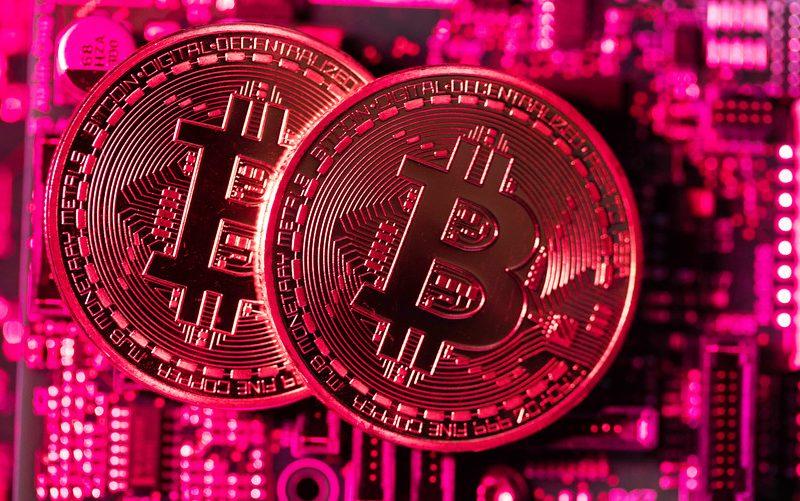 البيتكوين تتخلى عن حاجز 8000 دولار وسط هبوط العملات المشفرة