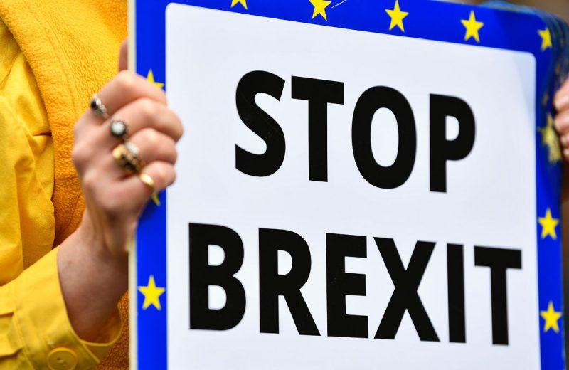 الاسترليني يستقر مقابل اليورو والدولار على الرغم من القلق السياسي المتزايد