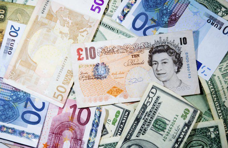 أسواق العملات الأجنبية تشهد تحركات بطيئة رغم تواتر البيانات الاقتصادية