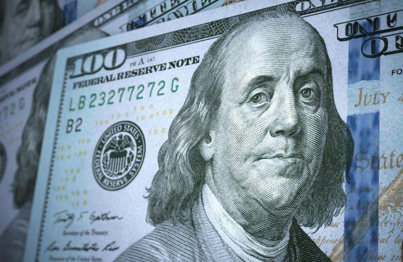 الدولار الأمريكي يعزز مكاسبه مع اقبال المستثمرين على شراءه كعملة ملاذ آمن