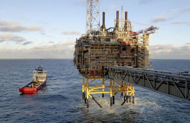 النفط يعزز مكاسبه بعد انخفاض المخزونات وعاصفة خليج المكسيك