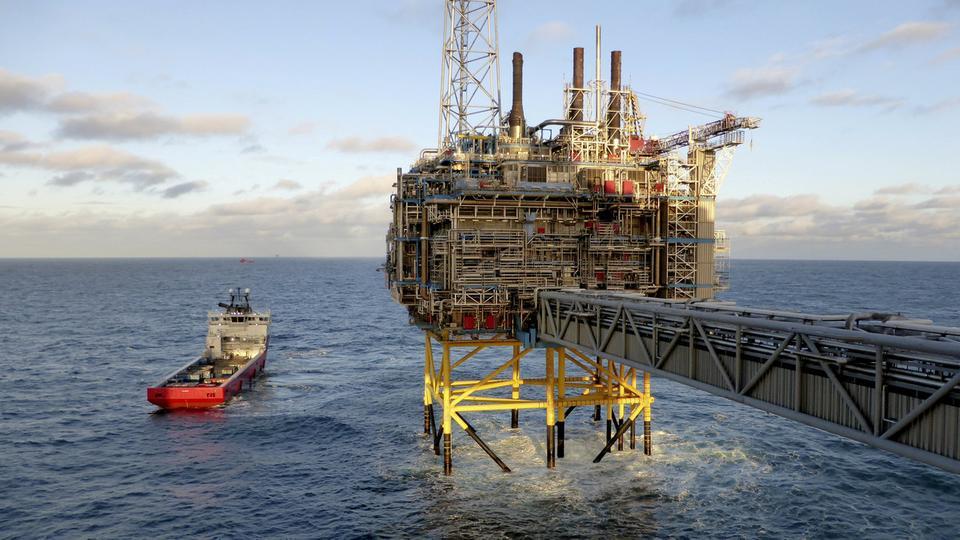 أسعار النفط اليوم تتراجع بعد قفزة في مخزونات النفط الأميركية