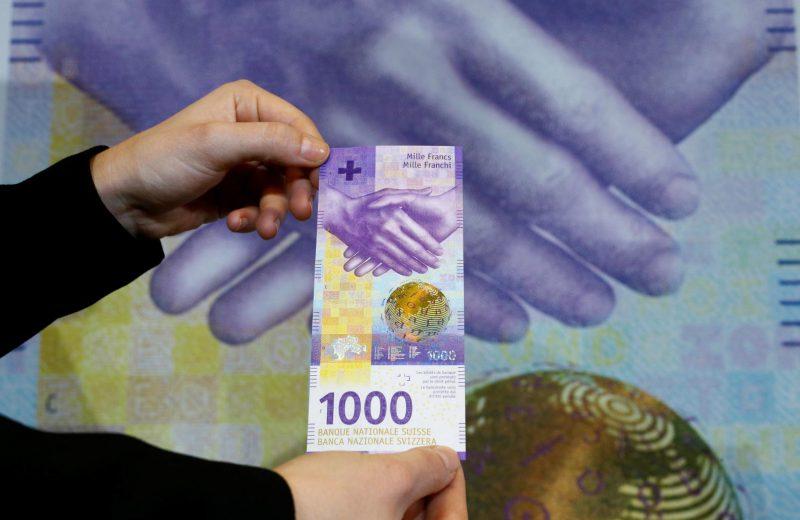 الفرنك السويسري يرتفع قرب أعلى مستوى في عامين مقابل اليورو