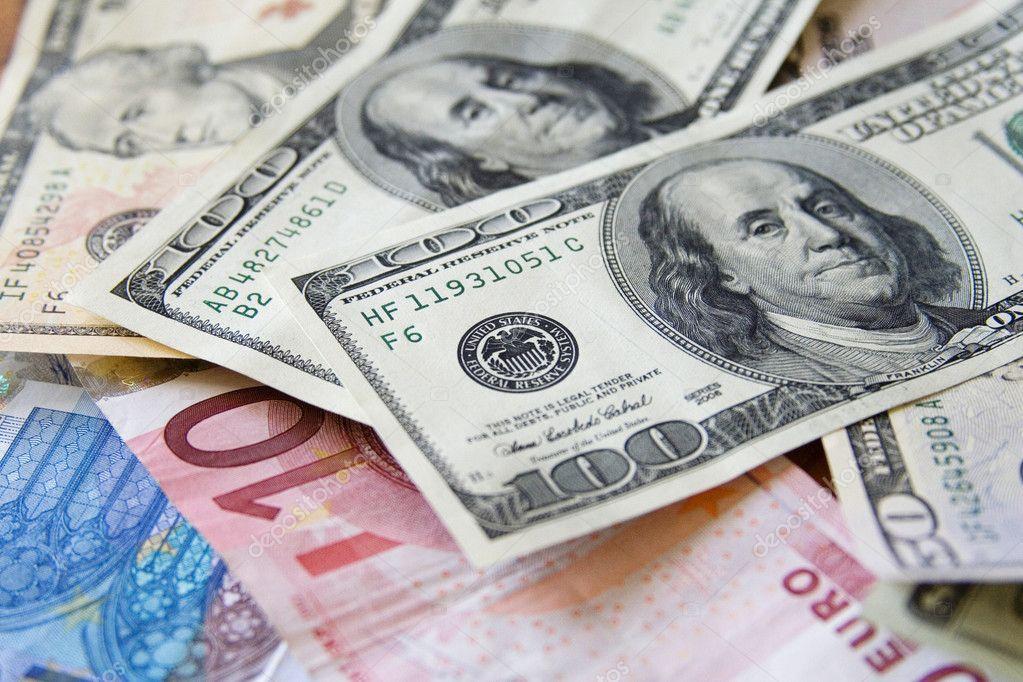 الدولار الأمريكي يتعافى قليلا بعد البيانات الاقتصادية