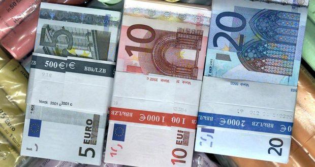 اليورو يحافظ على مكاسبه رغم هبوط الإنتاج الصناعي بمنطقة اليورو
