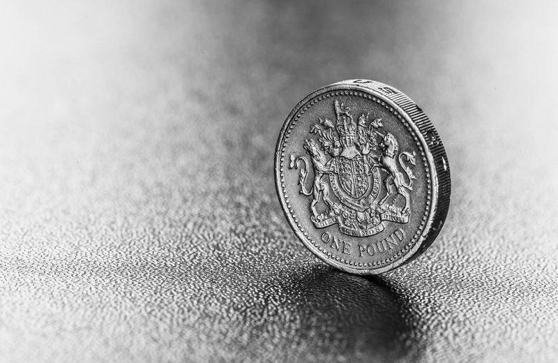 الاسترليني يتخلى عن مكاسبه بسبب انكماش الاقتصاد البريطاني في أبريل