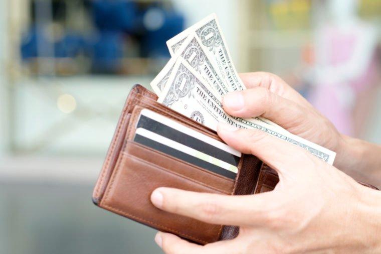 الدولار يحافظ على مكاسبه بالرغم من انخفاض مؤشر ثقة المستهلك الأمريكي