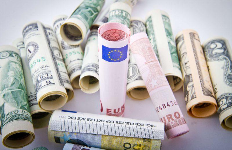 اليورو يهبط إلى أدنى مستوى خلال أسبوع مع الإقبال على شراء الدولار