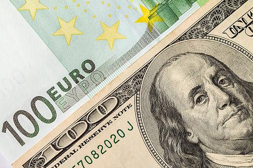 الدولار الأمريكي يرتفع وسط أسواق متباينة ويستأنف مكاسبه مقابل اليورو