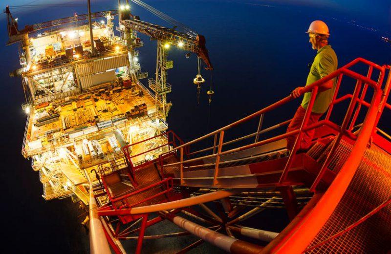 النفط يقفز بنحو 2٪ والبحرية الأمريكية تسقط طائرة إيرانية بدون طيار