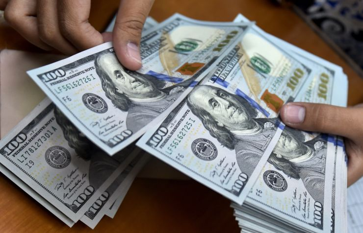 الدولار الأمريكي يواصل مكاسبه مقابل العملات الرئيسية