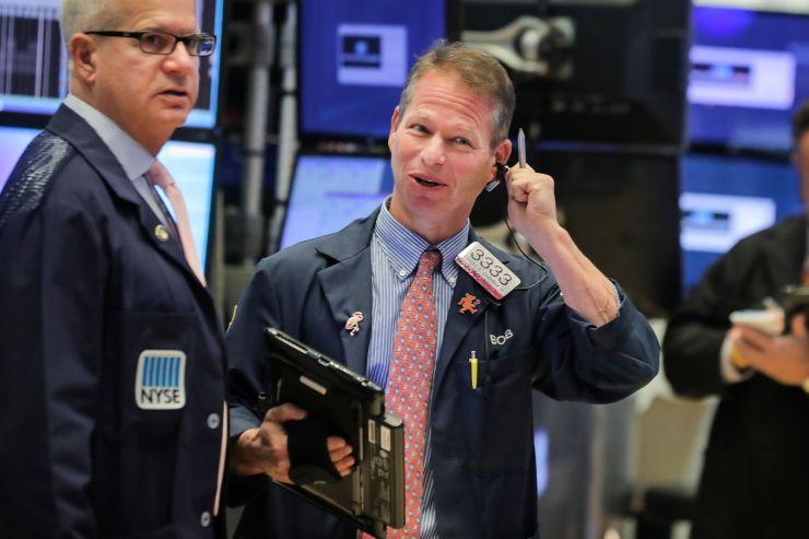 تباين الأسهم الأمريكية وسط المخاوف المستمرة بشأن العلاقات الصينية