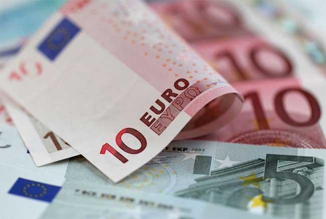 اليورو يتراجع في انتظار حزمة التخفيف  النقدي من المركزي الأوروبي