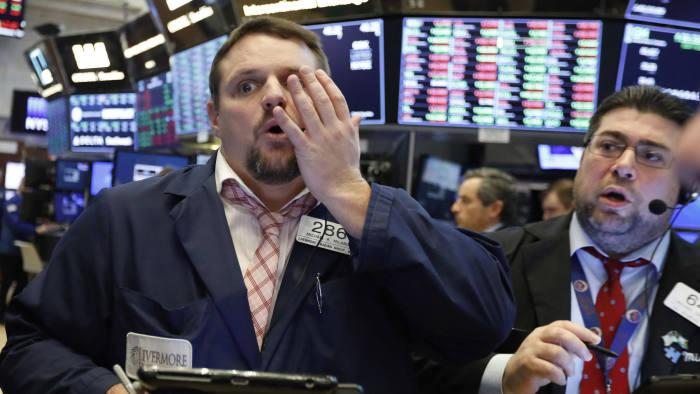 داوجونز يفقد 500 نقطة بعد أن خفضت الصين قيمة عملتها المحلية