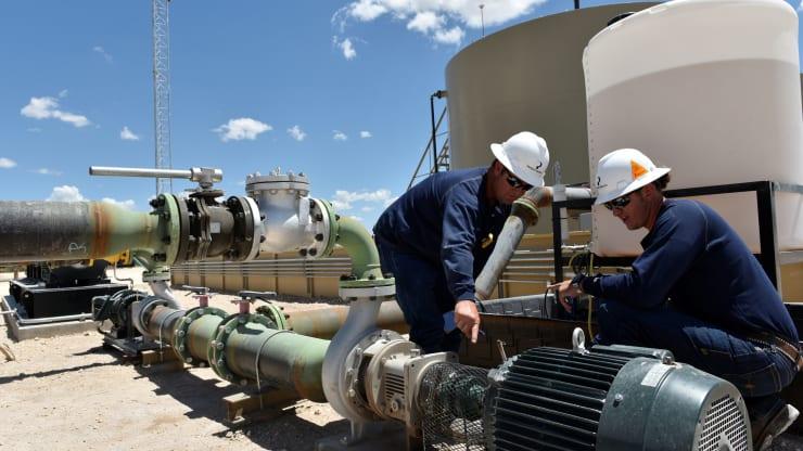 أسعار النفط تحقق مكاسب طفيفة قبل خطاب رئيس الفيدرالي في جاكسون هول