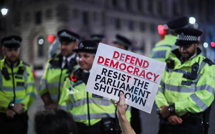 تعليق البرلمان البريطاني يثير الاحتجاجات و المطالبة بإستقالة بوريس جونسون