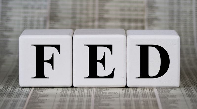 اللجنة الفدرالية للسوق المفتوحة تخفض سعر الفائدة على الأموال