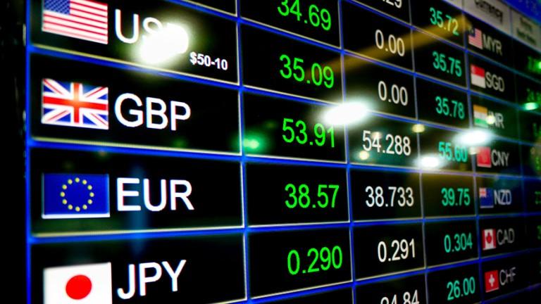 الدولار يرتفع مع تراجع الأسهم العالمية في انتظار اجتماعات البنوك المركزية